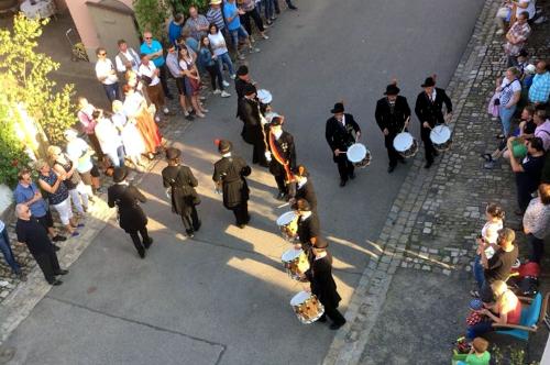 Die Bürgerwehr-Trommler beim Schaumarschieren in der Altstadt von Königsberg