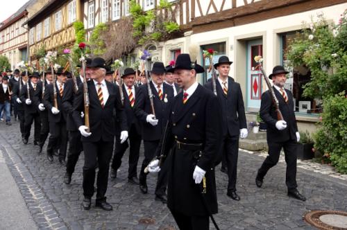 Die Fahnensektion der Bürgerwehr 1848 Königsberg marschiert durch die Altstadt