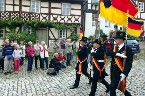 Die Fahne der Bürgerwehr 1848 Königsberg setzt zum Parademarsch an